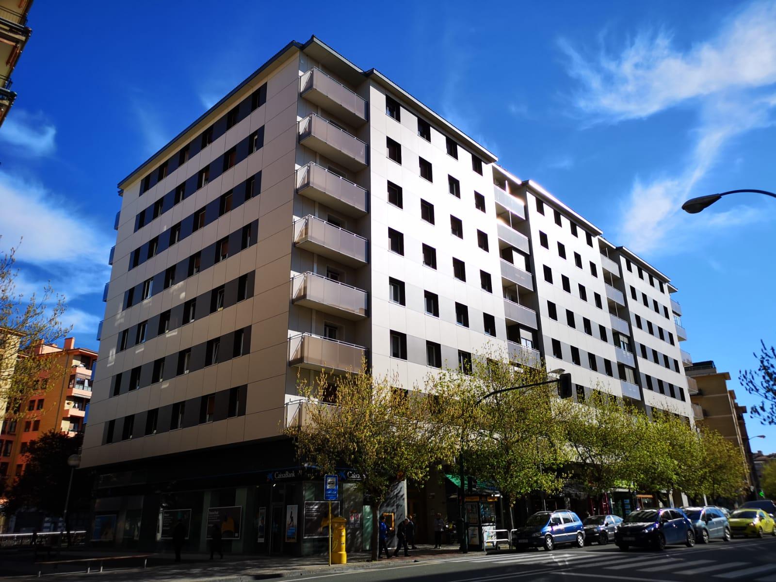 Rehabilitación en edificio de viviendas con tablero compacto fenolico hpl y fibrocemento EQUITONE