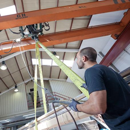 Meka3, mecanizados y soluciones, cuenta con una grúa elevadora para los materiales de mayor tamaño