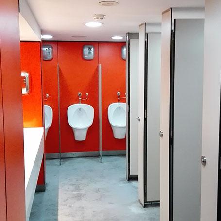 Ejemplos de aplicaciones de las cabinas sanitarias de  paneles fenólicos de Meka3, mecanizados y soluciones