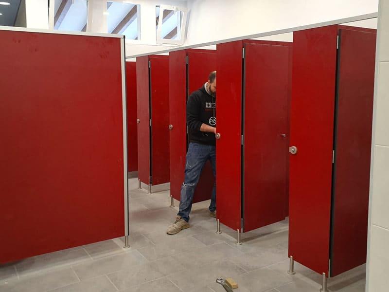 Cabinas sanitarias de laminado fenólico HPL para el diseño de espacios higiénicos o aseos públicos