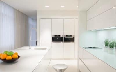 Solid Surface, el material de moda en las cocinas abiertas al salón con isla