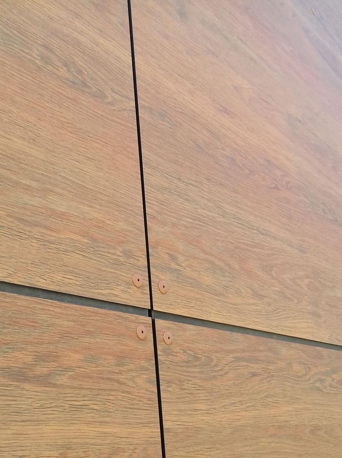 Rehabilitación de edificio de oficina con tablero compacto fenolico HPL